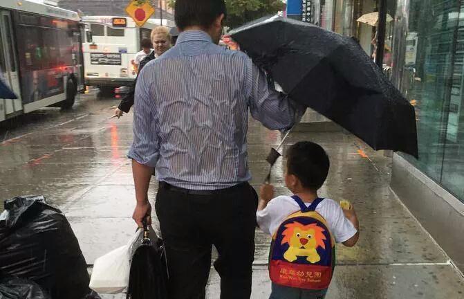 Историята зад трогателната снимка Таткото с чадъра , която стана хит в интернет