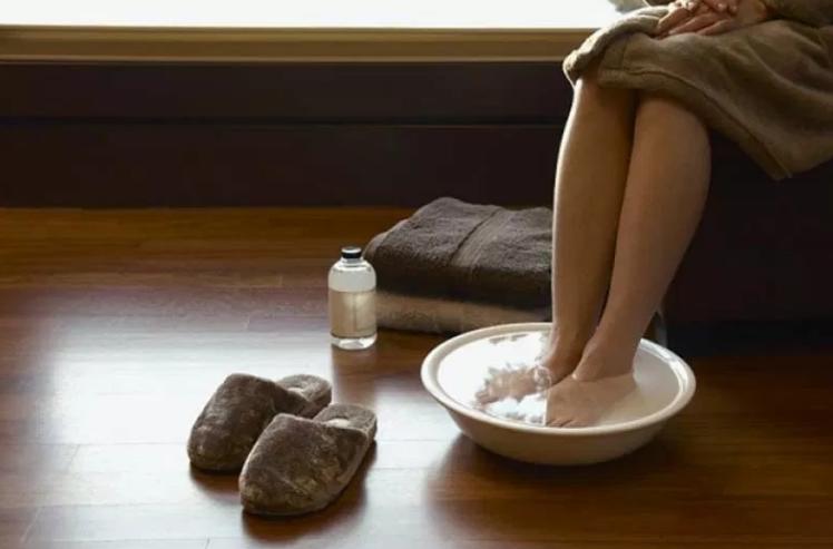 Този разтвор буквално изтегля болката от краката за 15 минути. Ето как се приготвя: