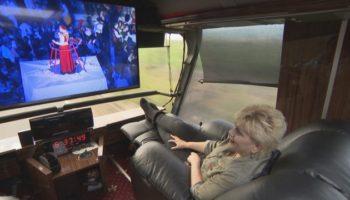 Публикувано във факти.бг: Николина Чакърдъкова си купи автобус за 1 млн. лева (СНИМКИ)